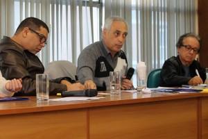 José Reinaldo Carvalho (ao centro) fez a intervenção de abertura da reunião / Foto: Nena Machado