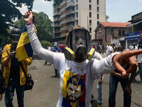 Manifestantes da direita fomentam a violência nas ruas de Caracas