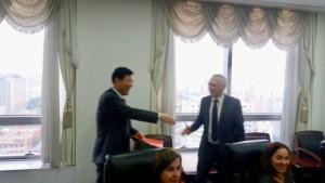 Mensagem de saudação do PCdoB sendo entregue em Pequim por José Reinaldo Carvalho a Li Jun, vice-ministro do PCCh e vice-chefe do Departamento Internacional
