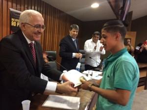 Refugiado palestino recebe passaporte das mãos de Emir Mourad / Foto: Érica Ceconi