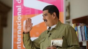Maduro com livro de Lênin