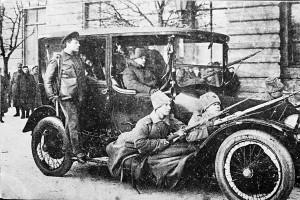 Guardas vermelhos protegem o carro de Lênin durante a revolução de outubro