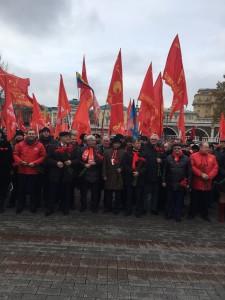 Ziuganov à frente da manifestação diante do Kremlin neste domingo (5)
