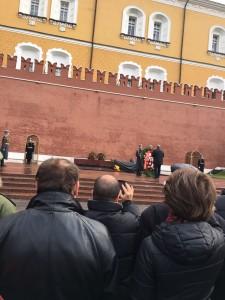 """O líder do Partido Comunista da Federação Russa (PCFR), Guennadin Ziuganov,  deposita flores no túmulo com a """"chama eterna"""" em homenagem aos soldados soviéticos mortos na segunda guerra mundial"""