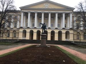 Estátua de Lênin em frente ao Instituto Smolni