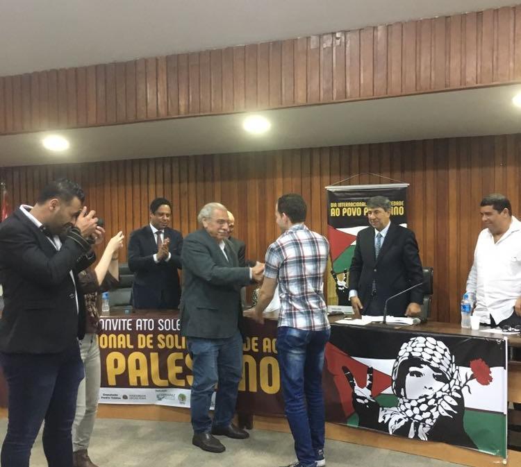 Jamil Murad entrega passaporte a refugiado palestino / Foto: José Reinaldo